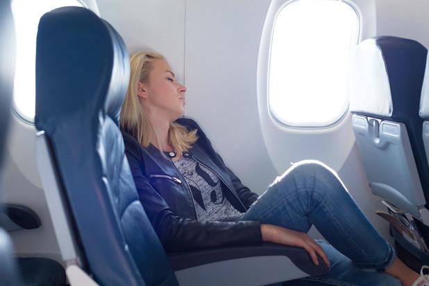 長時間のフライトでぐっすり眠るためのヒント
